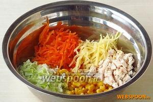Соединить подготовленные ингредиенты, добавить морковь по-корейски и консервированную кукурузу.