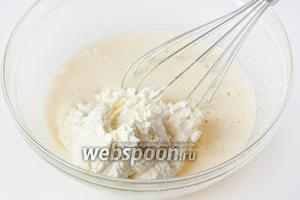 Перекладываем творожную массу в яично-сахарную смесь.