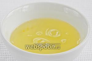 Отделяем яичный белок от желтков.