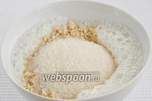 В яичный белок добавить молотый арахис и стакан сахара.