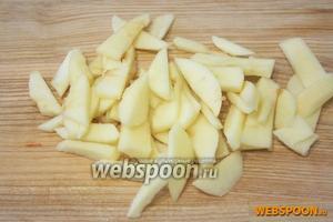 Яблоки нарежьте тонкими дольками или небольшими кусочками.