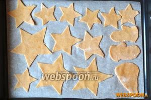 Тесто раскатать в пласт толщиной 2-3 мм и вырезать формой или по лекалам печенье. Переложить на противень, застеленный пергаментной бумагой.