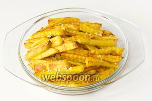 Подаём картофель фри на гарнир в горячем виде, посыпав крупной морской солью!