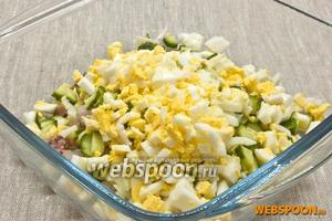 Яйца почистить, нарезать кубиками добавить в салат.
