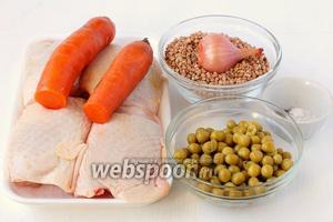 Для приготовления гречневой каши с курицей и овощами под фольгой нам понадобится гречневая крупа, морковь, лук, куриные бёдра, консервированный горошек, соль, перец.