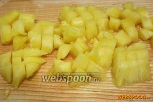 Кусочки ананаса откиньте на дуршлаг на 10 минут, чтобы стёк лишний сок. Порежьте небольшими кубиками.