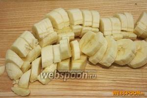 Бананы очистите от кожуры и порежьте.
