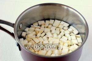 Отварить сельдерей в течение 4-5 минут.