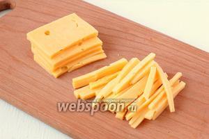Сыр нарезать тонкой соломкой.