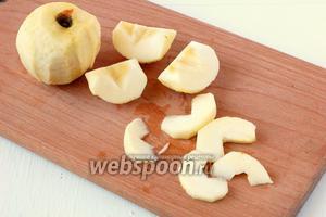 Яблоки очистить от кожуры, удалить сердцевину и нарезать дольками.
