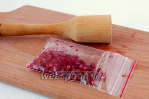 Поместить зёрна граната в пакет с застёжкой и с помощью толкушки подавить ягоды в пакете до образования сока.