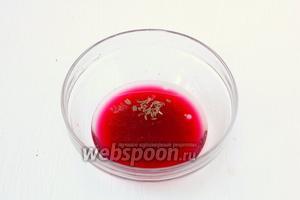 Соединить образованный гранатовый сок, подсолнечное масло, тмин и соль.