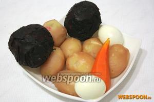 Картофель, свёклу и морковь отварите в мундирах. Яйца отварите вкрутую. Очистите.