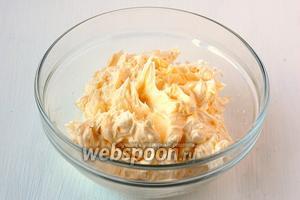 Масло взбить с сахарной пудрой.