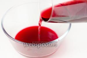 К соку вливаем 50 мл красного полусладкого (или сладкого) вина.