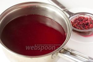 Далее процеживаем ягодный отвар через ситечко, ягодный жмых нам не понадобится, а вот кастрюлю с ягодным отваром отправляем на огонь, добавляем сахар, перемешиваем и варим ещё минуту.