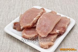 Мясо промыть, высушить и нарезать ломтиками толщиной 1,5-2 см.