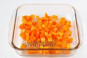 Выкладываем тыкву в посуду для запекания, сбрызгиваем 1 столовой ложкой подсолнечного масла и запекаем в духовке 20 минут при 190°C.