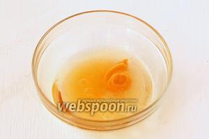 Для соуса соединяем подсолнечное масло, лимонный сок, горчицу и мёд.