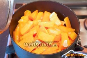 Тем временем потушите тыкву и сварите картофель. Когда картофель готов, немного остудите его и почистите. Тыкве дайте стечь на сите, чтобы потеряла лишнюю жидкость.
