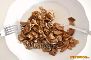 Вареные грибы порежьте на маленькие кусочки и отставьте в сторону — они вам понадобятся чуть позже.