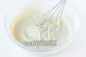 Вымешиваем тесто — оно получается не густым, липким, по консистенции похожим на тесто для оладий.