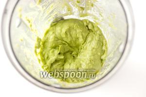 Взбиваем на высокой скорости до получения однородного масляного пюре (во время взбивания необходимо пару раз чашу встряхивать).