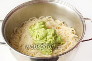 Перекладываем пюре из авокадо к отваренным спагетти.