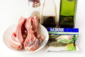 Для приготовления свиных рёбрышек нам понадобятся такие продукты: свиные рёбрышки, сухой базилик, бальзамический уксус, оливковое масло, соль, чёрный молотый перец, чеснок.