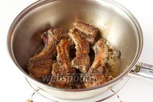 Далее обжариваем свиные рёбрышки в небольшом количестве оливкового масла со всех сторон до готовности (на сильном огне примерно 15-20 минут).