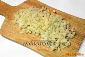 Вареную в мундире картошку очищаем от кожицы и также нарезаем мелкими кубиками величиной 5-7 мм.