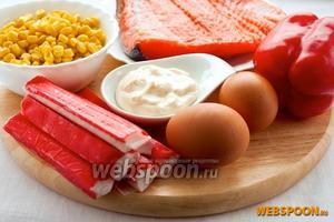 Для приготовления салата вам понадобятся слабосолёный лосось, кукуруза, крабовые палочки, яйца, сладкий перец, майонез, салатные листья и икра для оформления (по желанию).