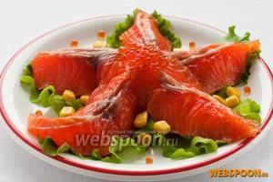 Оформите его тонкими ломтиками лосося, кукурузой и икрой.