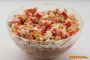Смешайте нарезанные яйца, перец, крабовые палочки, лосось и кукурузу, добавьте майонез и перемешайте.