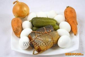 Приготовить яйца, горбушу, солёные огурцы, лук и морковь.