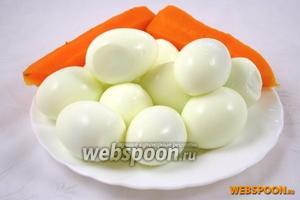 Отварить яйца вкрутую, а морковь в мундире. Остудить и очистить.