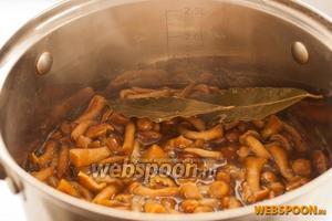 Снять с огня, влить 1 ч. л. уксуса и перемешать. После остывания грибы можно переложить в стеклянную банку и хранить в холодильнике.