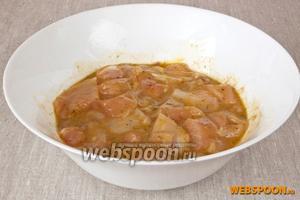 Перемешать мясо руками, разровнять и накрыв пищевой плёнкой поставить в холодное место на 6-8 часов.