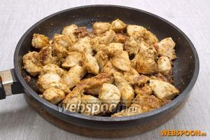 Выкладывать мясо частями на горячую сковородку с небольшим количеством растительного масла. Обжарить до румяного цвета. Протушить под крышкой около 10 минут на маленько огне.