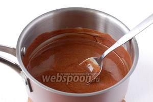 Снять с огня и размешать до растворения шоколада. Остудить.