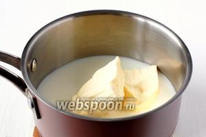 Соединить молоко, соль, масло и воду.