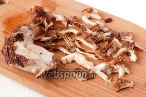 Разделить остывшее бедро на небольшие волокна, стараясь разобрать бедро так, чтобы на каждом кусочке оказалась запечённая ореховая корочка.