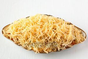 Сверху щедро посыпать натёртым сыром.