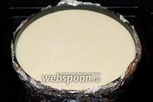 Поставьте форму с чизкейком на противень, и налейте в него кипяток 1-2 литра все зависит от глубины вашей формы, так чтобы вода доходила до половины формы.