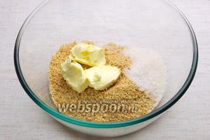 Добавить сливочное масло 80 г, сахар 2 столовые ложки и щепотку соли.