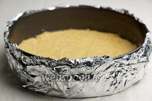 Обмотать форму 2-3 слоями фольги (это необходимо сделать, чтобы при выпекании на водяной бане вода не попала в форму с пирогом). Поставить заготовку на 15 минут в холодильник.