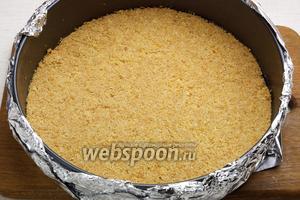 Затем поставить корж в разогретую до 180°С духовку и выпекать 15 минут до золотисто-коричневого цвета. Готовый корж оставить остывать на 30 минут.