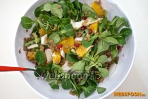 Выложить готовую чечевицу в салат и полить заправкой. Подавать сразу же, иначе листья салата пожухнут.