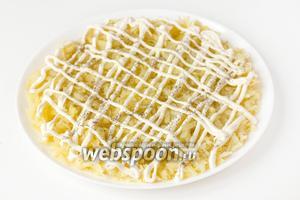 Теперь собираем сам салат. На плоское широкое блюдо выкладываем первым слоем натёртый картофель, делаем майонезную сетку, слегка солим и перчим первый слой.