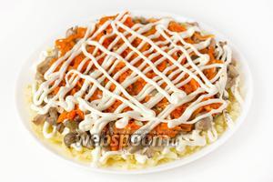 На слое моркови «рисуем» майонезную сетку.